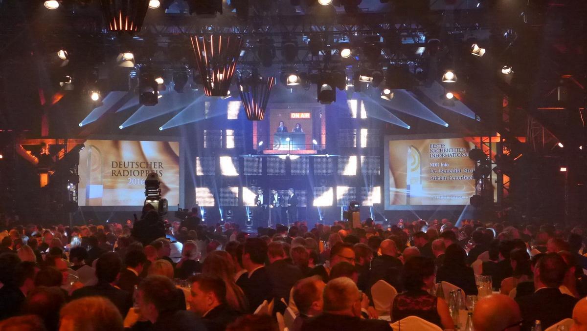 """Bühnenbild für den siebten """"Deutschen Radiopreis"""", Blick auf Bühne"""